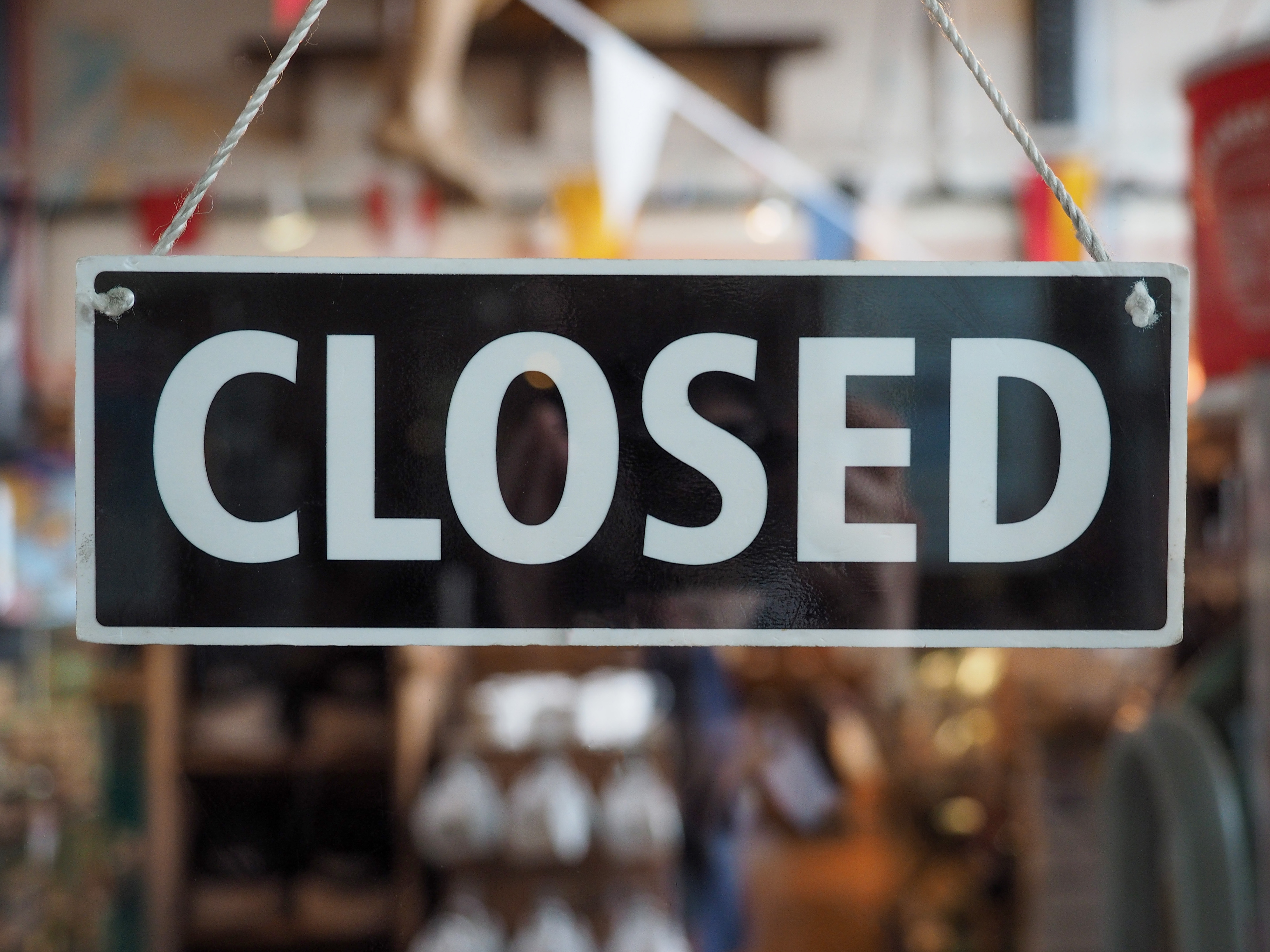 a photo of a closed sign