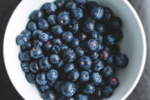 a photo of a bowl of blueberries